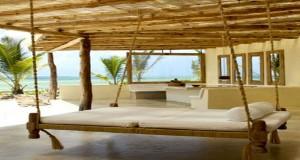 A installer sous le patio, ou sur la terrasse, un lit de jardin suspendu aux allures coloniales pour s'inspirer en le personnalisant pour qu'il s'intègre à la déco et aux couleurs de la terrasse.