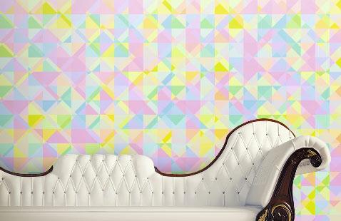 un papier peint pour réveiller la décoration d'un salon avec des meubles de styles. Motifs de couleurs rose, jaune et vert tendre auprès d'une méridienne en cuir blanc