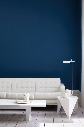 Couleur bleu intense sur les murs d'un salon blanc avec la peinture Royal Navy 257, Little Greene