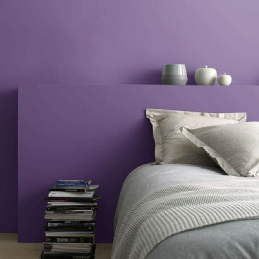 Pour repeindre les murs et la tête de lit d'une chambre, la peinture dépolluante couleur violet (Pensée) en finition satin de Castorama. Existe en 50 couleurs et finition mat.