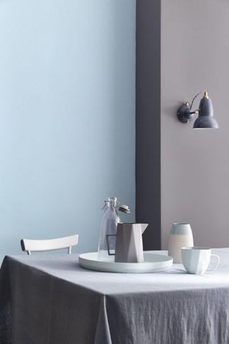 Douceurdu Bleu avec une peinture gris taupe pour une déco de salle à mangertendance. Peinture Mazarine 256, Marine Blue 95, Air Force Blue 260 et Ultra Blue 264 Little Greene