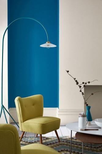Une peinture bleu azur pour mettre en valeur une niche dans un salon couleur lin. Peinture teinte Moon Shadow 261 et Slaked Lime Deep 150 Little Greene