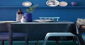 Pour peindre tous les murs de la maison, La couleur bleu déclinée en 21 teintes avec la collection peinture Blue de Little Greene disponible en mat, satin et laque.