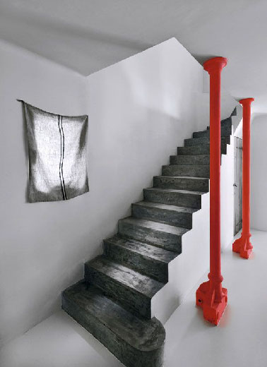 peinture escalier gris anthracite et piliers rouge. Black Bedroom Furniture Sets. Home Design Ideas