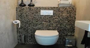 Posé en mural ou au sol, le carrelage WC fait son retour dans la tendance déco des petits coins. Faïence, carrelage mural, mosaïque de couleurs, choisissez le revêtement pour faire de vos WC un coin design, original et hyper déco.