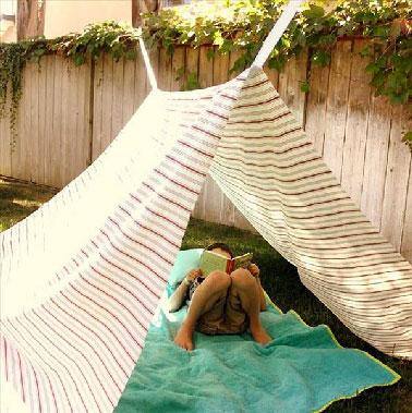Revisitez la manière de vous prtéger du soleil près de la piscine ou dans le jardin avec cette modèle de tente de jardin à faire simplement avec une pièce de tissu.