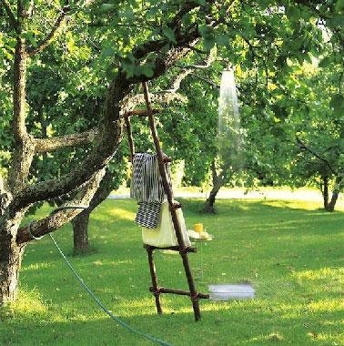 A Installer Rapidement Au Coeur Du Jardin Sur Le Plus Bel Arbre, Une Douche  Extérieure