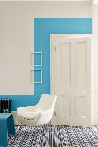 Pour réveiller les murs du salon, une Peinture Route One 254, Air Force Blue 260 et Slaked Lime Deep 150 collection Blue Little Greene