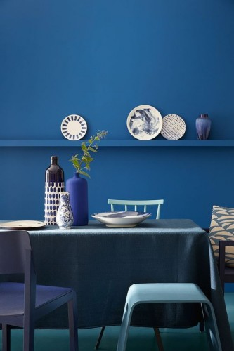 Une déco de salle à manger en déclinaison de couleur bleu pour les murs, table et chaises. Peinture Mazarine 256, Marine Blue 95, Air Force Blue 260 et Ultra Blue 264, Little  Greene