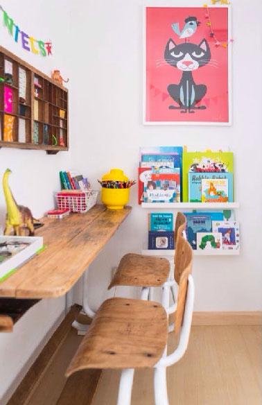 Tout en bois avec un plateau posé sur des tréteaux le long du mur un bureau pour ne pas envahir l'espace de jeu de l'enfant. Un coin bureau esprit déco récup avec 2 chaises confortables, casiers de rangement et porte-revue mural chinés.