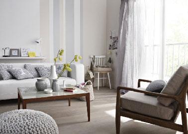 Le blanc, une couleur salon pas morose et résolument chic. Avec une peinture grise de nuance claire et un sol taupe clair, le salon prend des couleurs.