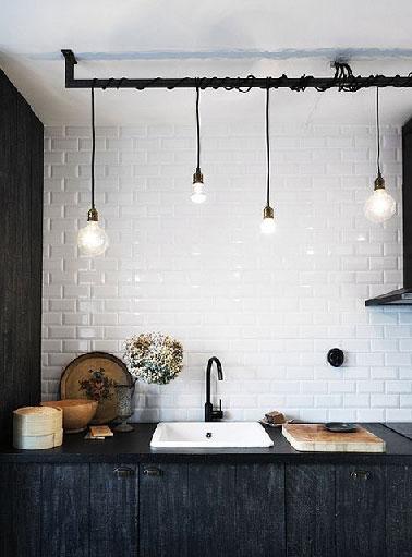 cuisine r233tro noire et carrelage repeint en blanc