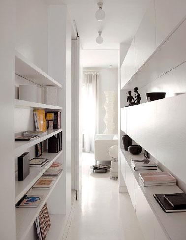 D co couloir blanc avec rangement sur tag res for Etagere pour couloir