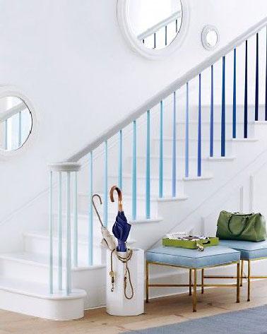 Voilà un escalier peint de manière pas banale. Tout blanc c'est la rambarde qui apporte la couleur avec les barres repeintes en dégradé de bleu.