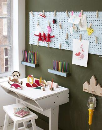 Au dessus du bureau en bois muni de 2 casiers pour le rangement des livres et cahiers, l'enfant peut tout accrocher sur le panneau d'activité en isorel peint.