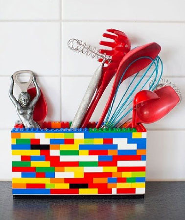 Monter des Légo pour pouvoir ranger les ustensiles de cuisine, l'astuce est à retenir pour sa facilité, son prix et ses possibilités de couleurs multiple.