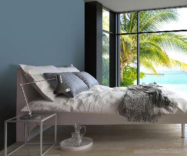 Une peinture bleu assortie aux oreillers, une bonne idée pour relooker sa chambre et créer une ambiance cocooning avec du gris et un linge de lit couleur lin et ivoire