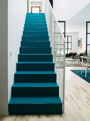 superbe escalier peint en bleu canard dans s jour moderne. Black Bedroom Furniture Sets. Home Design Ideas