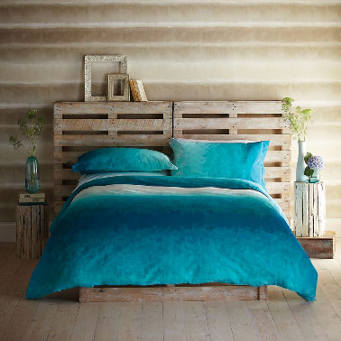 t te de lit en palette dans chambre taupe et bleu. Black Bedroom Furniture Sets. Home Design Ideas