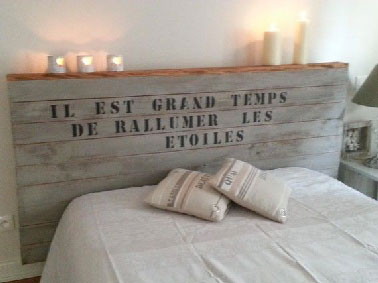 Pour relooker une chambre, nul doute qu'une tête de lit originale ça change tout ! Avec du bois neuf ou de recup pour fabriquer la structure décorée de lettres pochoir pour faire inviter les rêves à nous rejoindre.