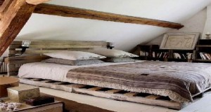 La déco de chambre avec une tête de lit palette c'est tendance et original. Pour l'adopter, découvrez nos DIY déco pour fabriquer une tête de lit en palette pour aménager votre chambre.