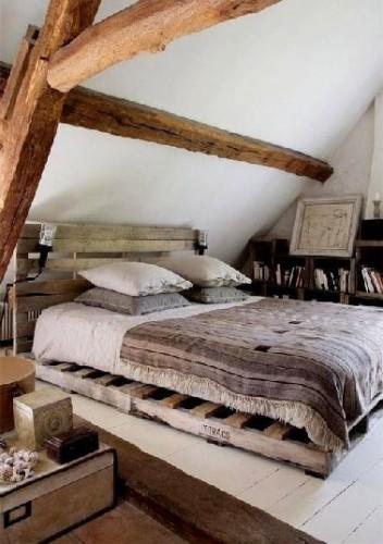 T te de lit palette et lit assorti dans chambre cocooning for Place du lit dans une chambre