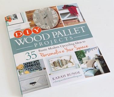 diy wood pallet project meuble palette livre. Black Bedroom Furniture Sets. Home Design Ideas