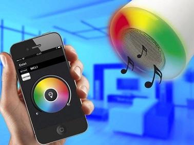 Cette ampoule connectée change de couleur quand on le souhaite et diffuse de la musique en wifi via l'application Extel Home. Une idée pour une déco maison connectée !