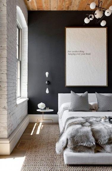 Un tapis jonc de mer au sol et un lit tout confort avec plaid en fourrure synthétique, cette chambre moderne adopte la tendance cocooning. On a envie d'y buller à deux !