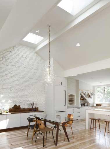 Cuisine blanche style loft avec parquet clair for Parquet pour cuisine ouverte