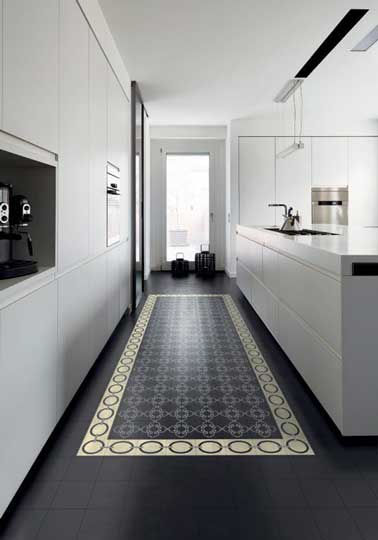Cuisine design blanche sol carreaux ciment noir for Carrelage zellige sol