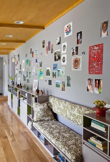 Cette déco couloir pleine de rangements s'atèle à faire de cet endroit de passage une pièce à part. La banquette cosy donne envie de se poser au calme.