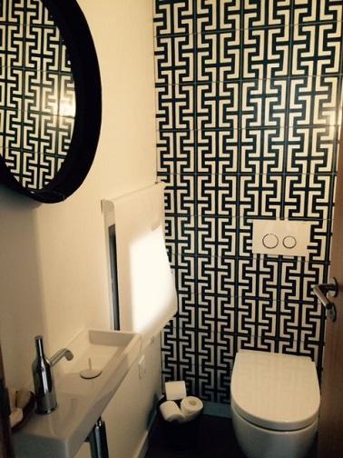 Le carrelage dans la déco des WC est loin d'être out ! La preuve avec ces toilettes déco qui adoptent un mur carrelé effet carreaux de ciment très actuel.
