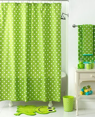 Rideau de douche et serviettes à pois vert et blanc, un tapis grenouille verte, une salle de bain pour enfant chic et ludique
