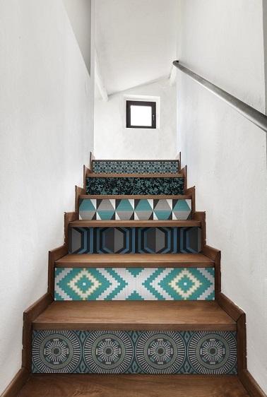 Rien de plus simple pour relooker un escalier deco que d'utiliser du papier peint coloré à motifs sur les marches. Une idée pas chère à faire soi même.