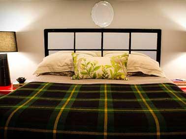 détourner une vieille porte vitrée pour fabriquer une tête de lit donne un air japonisant à la chambre lorsqu'elle est fixée à l'horizontal au dessus du lit.
