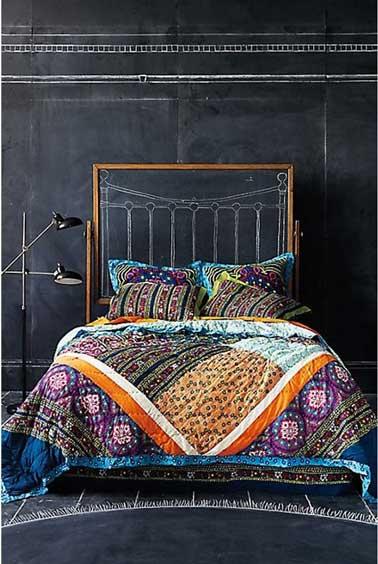 Tendance et déco la tête de lit avec de la peinture tableau noir donnant libre cours à la créativité pour dessiner à craie. pour délimiter la zone tête de lit, un cadre fabriqué avec des baguettes bois .