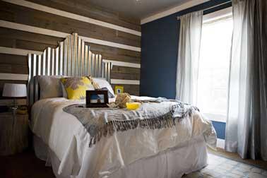 La vie de château dans sa chambre avec cette tête de lit argent brillant fabriquée avec de la tôle découpée. Une idée originale que l'on adore.