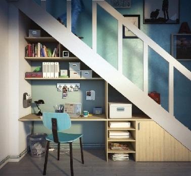Un bureau avec étagères, un rangement sous escalier deux en un pratique pour optimiser l'espace dans une pièce. Fonctionnels il permet de stocker livres et documents.