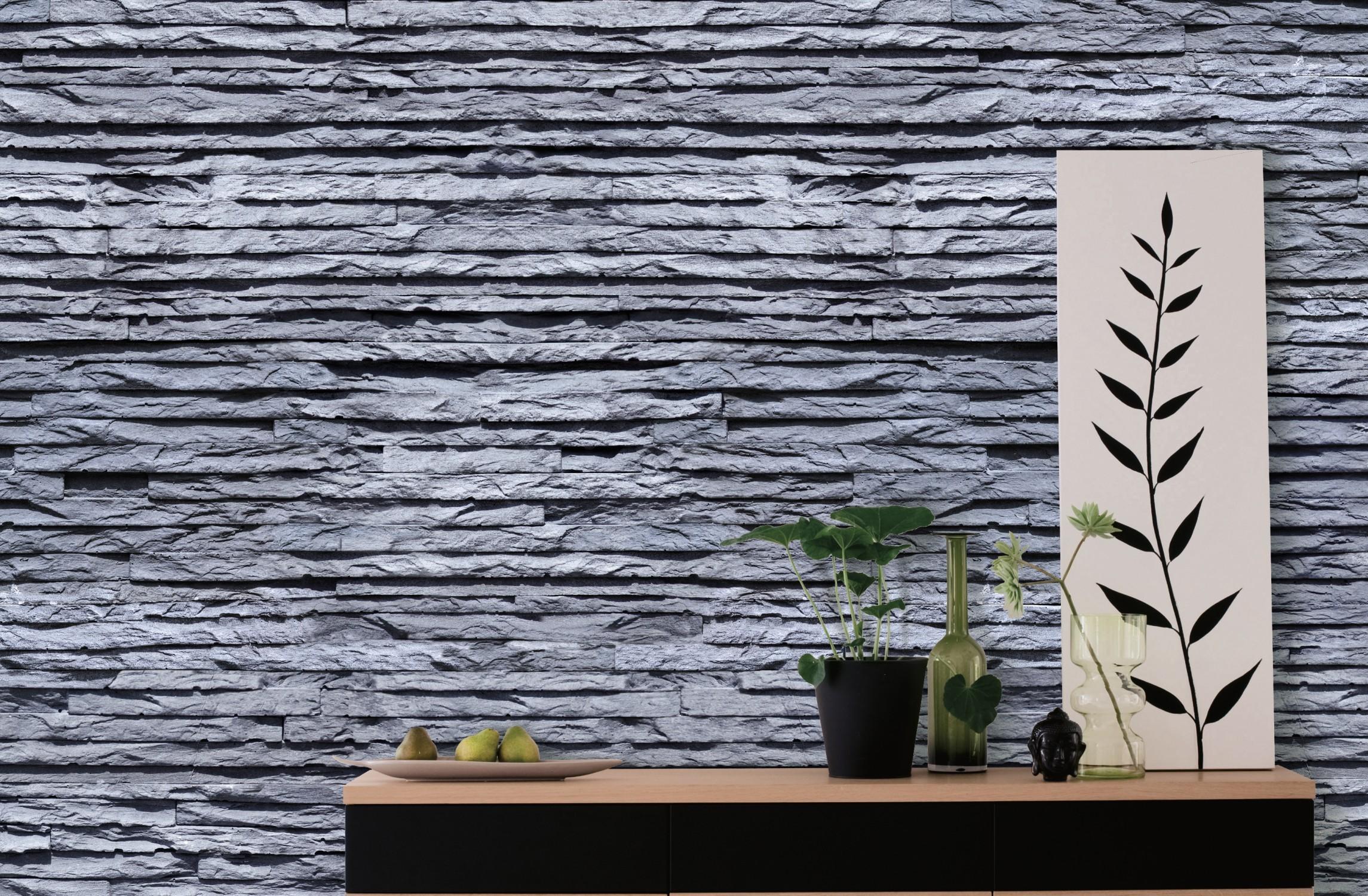 L'ardoise est le matériau déco tendance sur les murs de la maison. Avec ce papier peint imitation pierre d'ardoise en lames bleutés on peut se faire plaisir dans le salonchez Scénolia.
