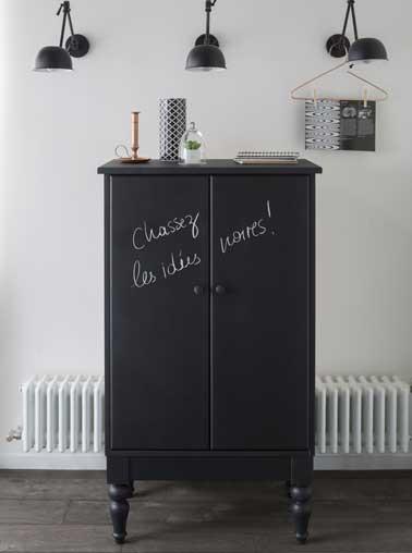 Une bonne idée déco pour repeindre un meuble que de le faire avec une peinture à tableau noir ! On écrit, on dessine à la craie et on efface pour changer de décor