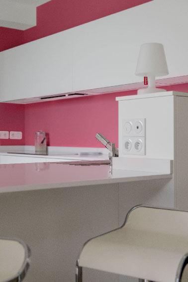 Peinture couleur murs cuisine rose meubles blancs - Decoration de cuisine 2015 en rose ...