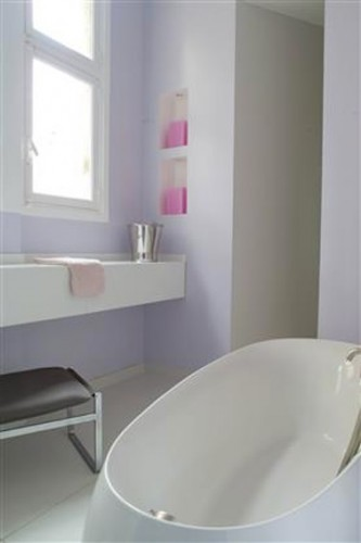 Pour donner une impression de grandeur à sa petite salle de bain, rien de tel qu'une peinture de salle de bain lumineuse. Ici c'est la teinte douce Lila.