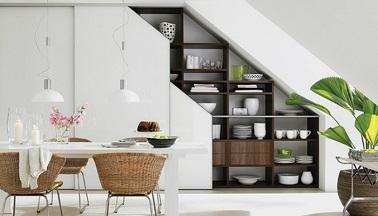 Cette salle à manger utilise l'espace inutilisé sous l'escalier comme rangement pour la vaisselle. Une bonne idée pratique et déco grâce à un design sur mesure épuré.