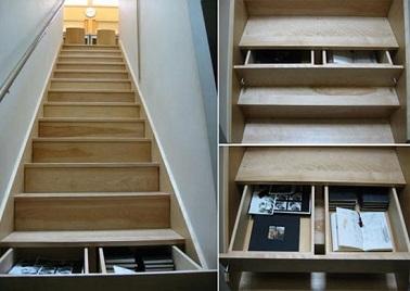 Des tiroirs intégrés aux marches en guise de rangement sous escalier, une solution inventive pour organiser la maison. En plus, c'est original et c'est pratique !