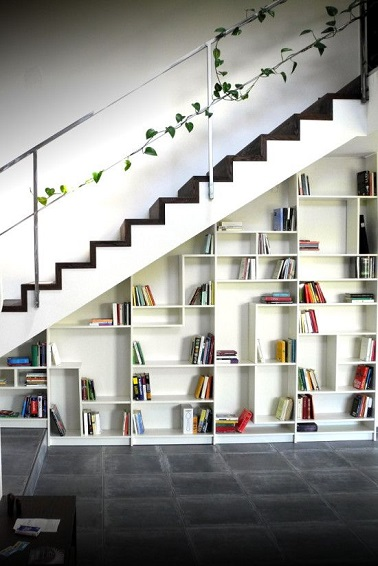 Sous cet escalier un rangement bibliothèque graphique investit le vide sous les marches. Utile pour organiser son salon, il dispose d'une grande surface de rangement.