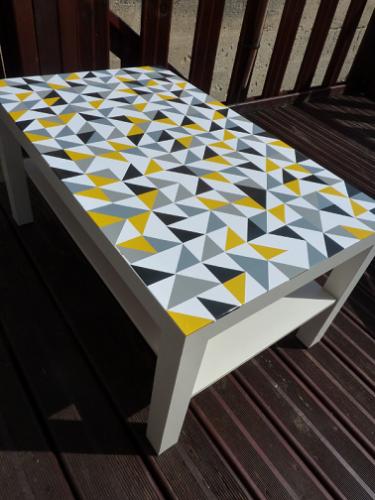 Relooker une table ikea avec motifs graphiques for Relooker des meubles ikea