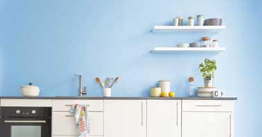 Bleu pastel pour repeindre sa cuisine, une couleur idéale  pour une cuisine lumineuse associée à du gris perle et un plan de travail bois