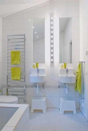 salle de bain moderne pour enfant. Black Bedroom Furniture Sets. Home Design Ideas