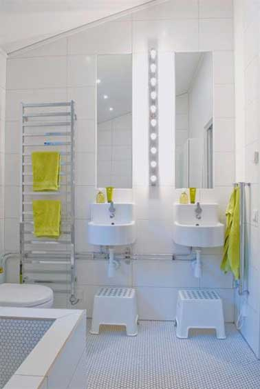 Dans leur salle de bain, les enfants aiment aussi retrouver une déco épurée comme celle de leur parents. Du carrelage et des vasques blanches, des miroirs et un porte-serviette échelle en inox avec des serviettes jaunes pour la touche de couleur.